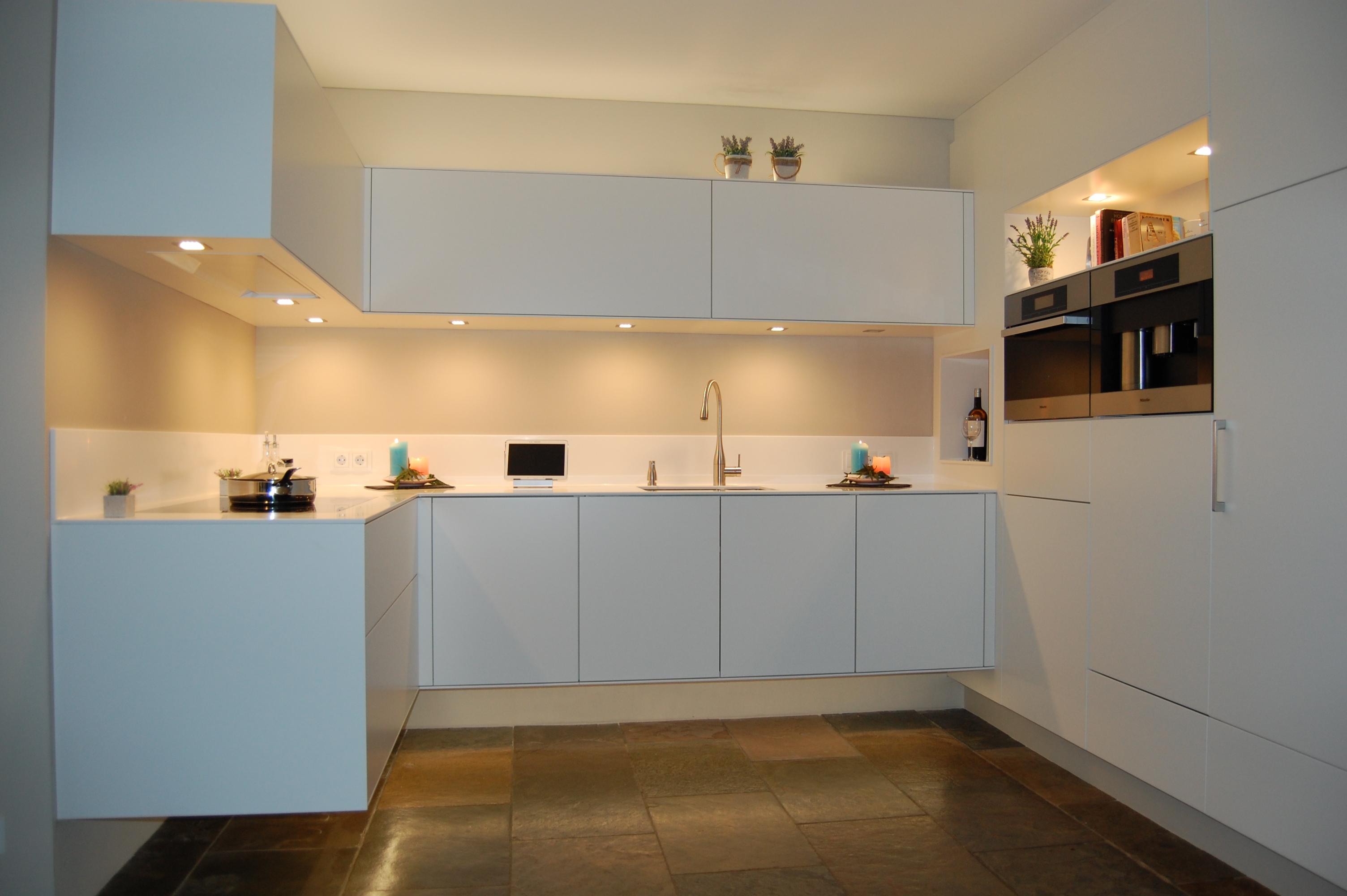 Keuken Design Lommel : Witte Minimalistische Keuken Ontwerp Voor Een ...